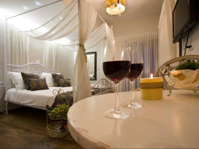 כוסות יין נר ומיטה בצימר