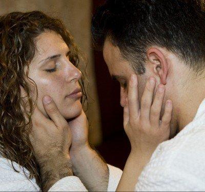 זוג במגע פנים אינטימי