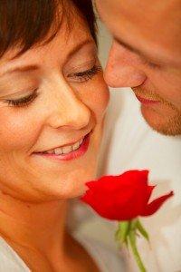 זוג אוהבים עם פרח