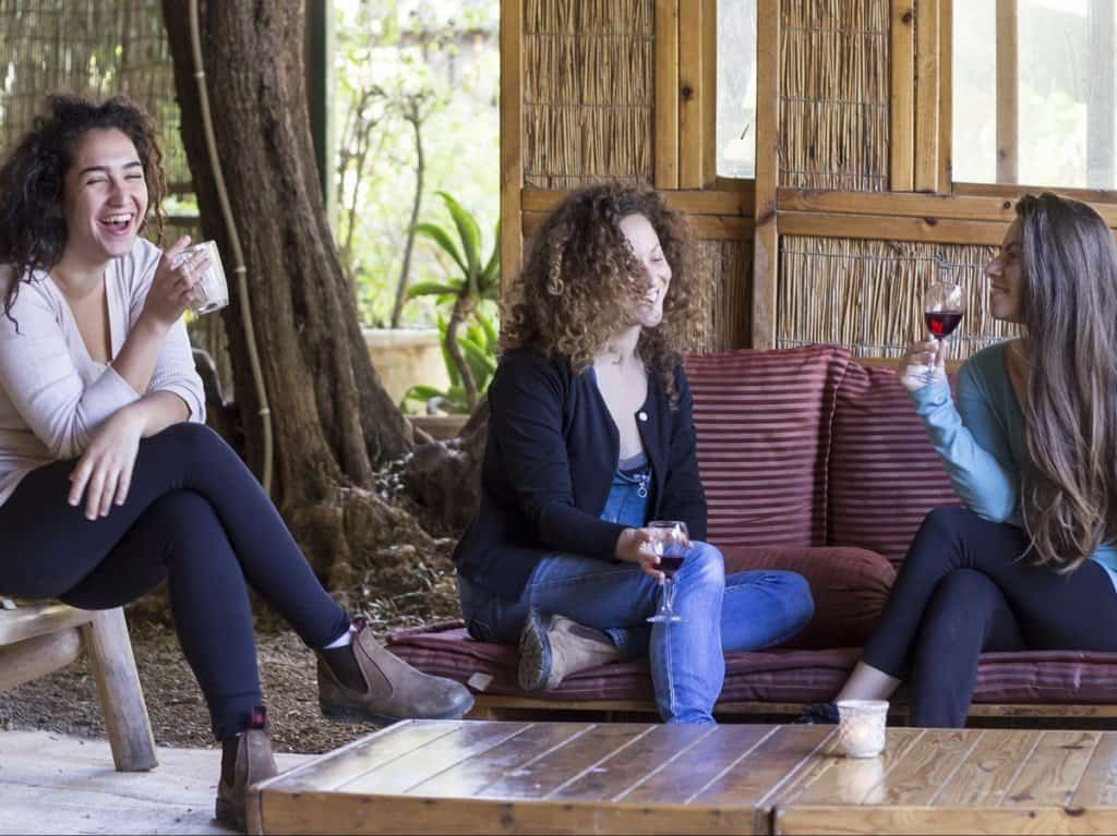 3 נערות שותות קפה בכיף