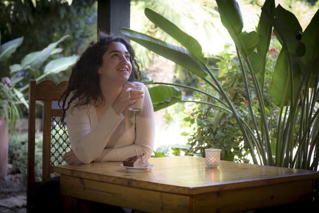 אשה שותה קפה בספא בצפון