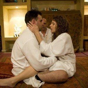 זוג עם חלוקים בסדנאות זוגיות