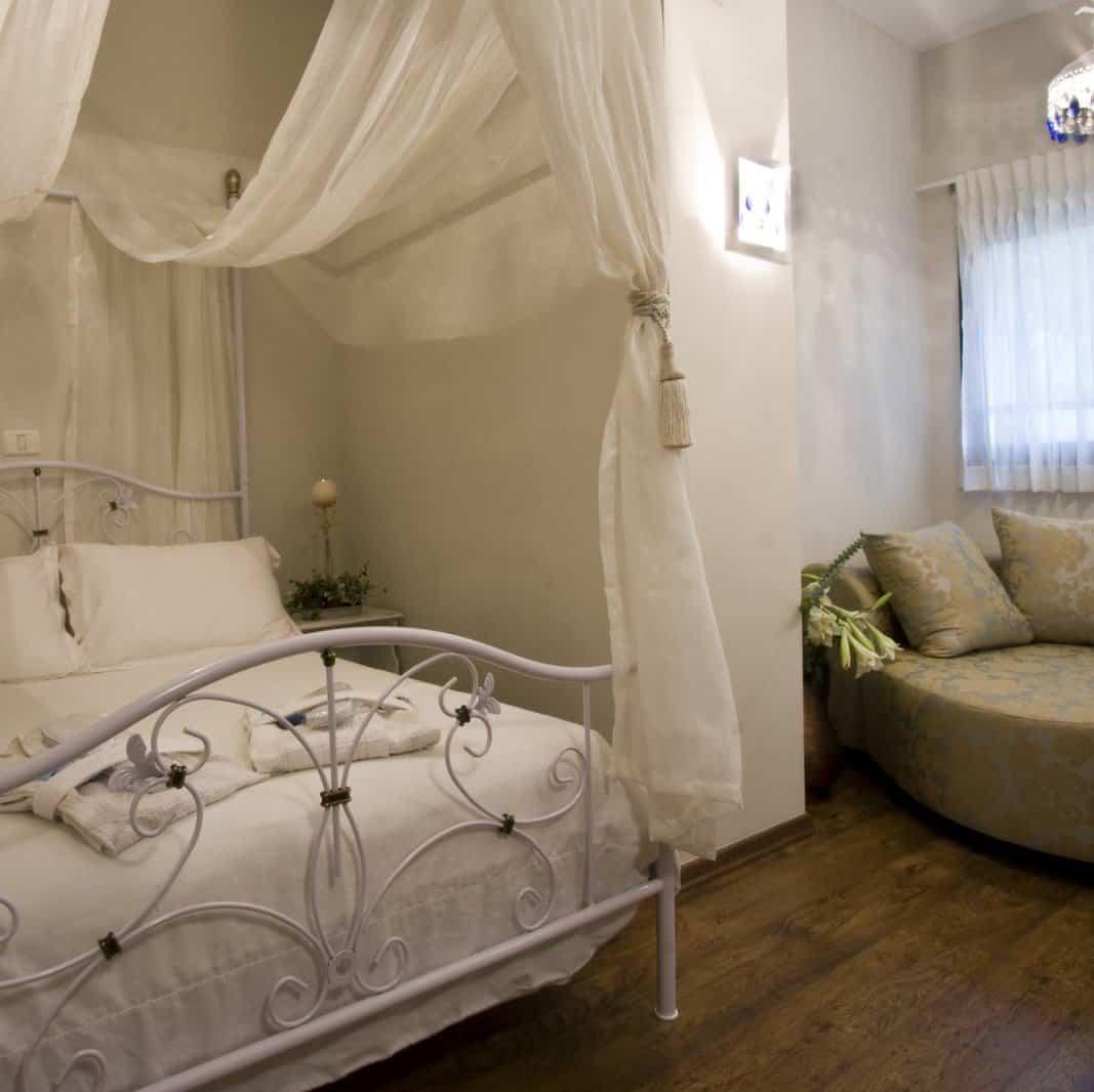 מיטה בתוך צימר בצפון לזוגות עם עיסוי