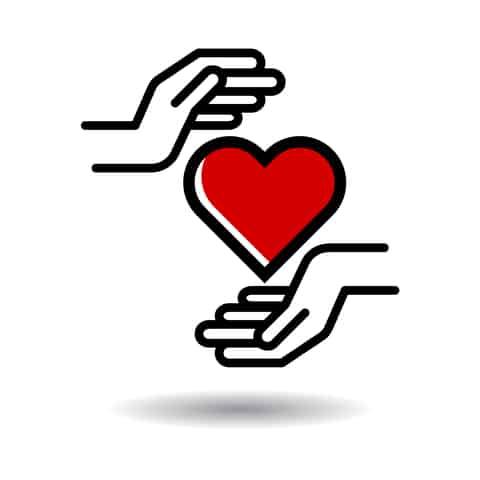 ידים אוחזות את הלב