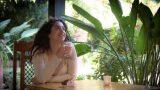 אשה שותה קפה בכיף בספא בצפון