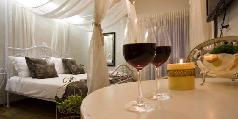 חבילת ספא עם כוסות יין נר ומיטה בצימר